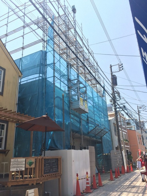 江ノ島駅近くのビルの新築工事にて猿鳶太助Ⅱ型をご利用いただいています