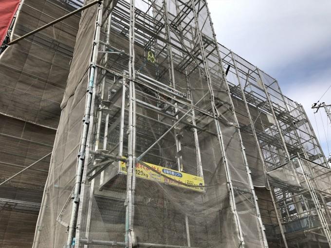 猿鳶太助Ⅲ型(低層足場の建設資材荷揚げ専用機)の現場テスト中です