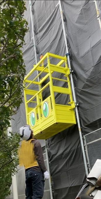 黄色いエレベーター(人は乗れません)稼働中です